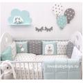 Комплект на всю кроватку: - 12 подушек-бортиков на всю кроватку (120 х 60 см); - стеганое одеялко (108 х 108 см); - простыню на резинке (120 х 60 см)К